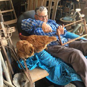 אבא עובד ומשוחח עם התרנגולות