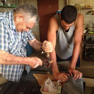 סבא מלמד שימוש במקדחה